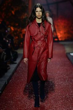 The complete Hermès Fall 2018 Ready-to-Wear fashion show now on Vogue Runway. Autumn Fashion 2018, Red Fashion, Leather Fashion, Couture Fashion, Paris Fashion, Fashion Outfits, Hermes, Trent Coat, Latest Fashion Trends