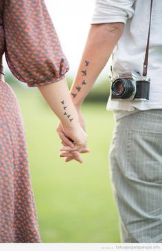 Tatuaje para parejas, pájaros volando en los brazos