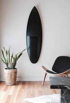 Love this beautiful matte/gloss black Ando surfboard by ⚫️ Surfboard Decor, Surf Decor, Surfboard Painting, Deco Surf, Style Californien, Piscina Hotel, Surf Bedroom, Home Furniture, Furniture Design