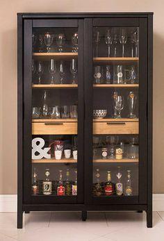 Se você tiver um espaço sobrando, nós aconselhamos que você incremente o seu bar para sala com uma cristaleira.
