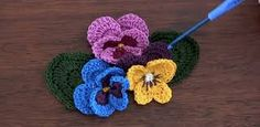 Resultado de imagen de tutorial flores ganchillo Crochet Flowers, Crochet Earrings, Crochet Patterns, Beanie, Hats, Floral, Diy, Inspiration, Jewelry