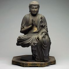 iseo58: Carved Wood and Gilt Lacquer Figure of Amida Nyorai (1300 - 1400) - Japan, 14th century.