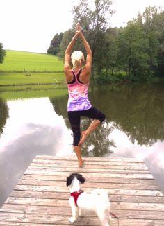 """Der Baum oder auch """"Vrksasana"""" trainiert nicht nur das Gleichgewicht, er fördert gleichsam die Konzentration und unterstützt eine freie und gleichmäßige Atmung.  Nehmen Sie sich nur 5 Minuten Auszeit vom Arbeitsstress und der Hektik und finden Sie Ihre Ausgeglichenheit! Namasté!   http://www.kuebler-sport.de/fitness-functional-training/yoga-pilates.html"""