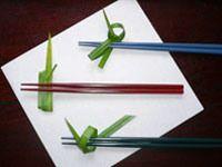 作り方はあなた次第。お好みで形作ればOKです! 上:くるくると二重巻きしてから結び、一重に箸を通しました。 中:適当に巻いてから、茎で留めました。 下・ひと結びしただけです