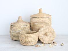 Cestos de rafia con tapa hechos a mano. Una muestra de la rica artesanía marroquí y de la habilidad de sus cesteros. Tan versátil como los usos que...
