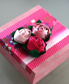 Rosas de Fitas para Decorar Caixas - Clube de Artesanato