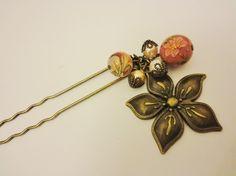 花柄の桃色の転写玉と存在感のある花のチャーム、パールビーズを使った2本足のかんざしです。カラー:アンティークゴールド(かんざし本体部分)サイズ:かんざし本体約...|ハンドメイド、手作り、手仕事品の通販・販売・購入ならCreema。