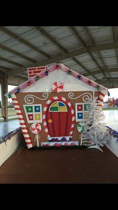 Golf Tips For Senior Golfers Gingerbread House Parties, Gingerbread Decorations, Christmas Gingerbread House, Christmas Door Decorations, Cardboard Gingerbread House, Christmas Float Ideas, Christmas Parade Floats, Candy Land Christmas, Office Christmas