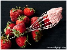 Quick and easy strawberry buttercream frosting recipe for cupcakes and cakes. This fresh strawberry frosting is smooth, creamy, easy to spread and pipe. Strawberry Frosting Recipes, Strawberry Buttercream Frosting, Strawberry Puree, Cupcake Frosting, Cupcake Cakes, Cupcakes, Dessert Recipes, Sweet Desserts, Dessert Ideas