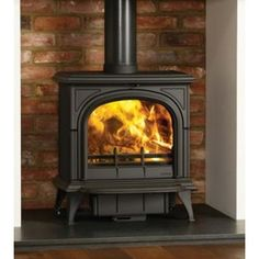 The Stovax Huntingdon 40 is the largest Huntingdon Stove in the range with a heat output of 9kW. This particular stove featured is the Huntingdon 40 with Clear door version and does not feature the gothic arches. This means that you have an un-obscured view of the fire within the stove. Traditional stove perfect for the Inglenook Fireplace With it's 9kW heat output this Grand traditional cast iron stove, suits large rooms, with a large fireplace opening, such as an inglenook fireplace. Th...