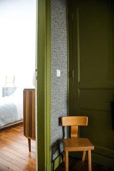 Entrée Chaise bois Murs vert Papier peint Parquet Appartement Neuilly Amélie Colombet