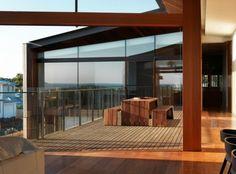table et bancs en sois sur terrasse de maison