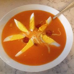 Tomatsuppe i en fei. Thai Red Curry, Fruit, Ethnic Recipes, Food, Meal, The Fruit, Essen, Hoods, Meals