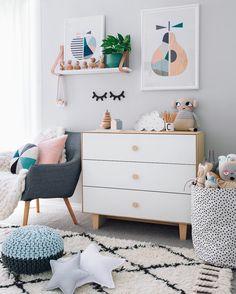 Pastelowe dodatki do szarego pokoju dziecięcego w skandynawskim stylu