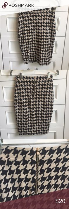 H&M Black and White Houndstooth Pencil Skirt Black and White Houndstooth Pencil skirt! Worn a few times. The material is a little pilly. Great skirt. H&M Skirts Pencil
