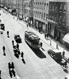 De Jonker Fransstraat in 1938 in het grijze gebouw rechts van de tram, was de HBS gevestigd.