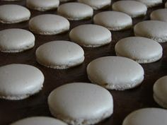Húsvét óta nem sütöttem macaront. Akkoriban éppen nagyüzemileg gyártottam. :)) De amikor megláttam chriesinél azokat a hófehér macaronokat... Macarons, Food And Drink, Bread, Cookies, Cake, Candy, Cooking, Crack Crackers, Brot