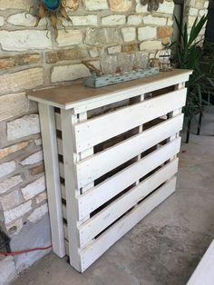 Scrap Wood Projects For Beginners – WoodworkeRealm Outdoor Pallet Bar, Pallet Patio, Diy Patio, Patio Ideas, Wooden Pallet Projects, Diy Pallet Furniture, Patio Set Up, Bar Tile, Wood Projects For Beginners