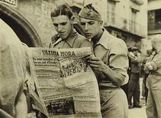 """Soldats llegint la premsa a Alcanyis"", s/d. 30×40 cm. © España. Ministerio de Educación, Cultura y Deporte. Centre Documental de la Memòria Històrica. Archivo Agustí Centelles i Ossó"