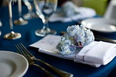 navy-blue-wedding-place-setting