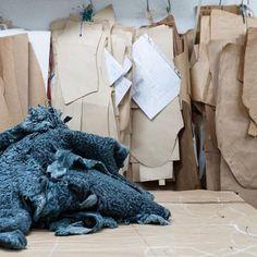 El organizado caos de nuestro taller en la creación de prendas 💫  Aquí es donde surge la magia!⠀  #peleteriagabriel #tallerartesanal #hechoamano #artesanal #fashion #peleteria #zaragoza #fattoamano #altapeleteria
