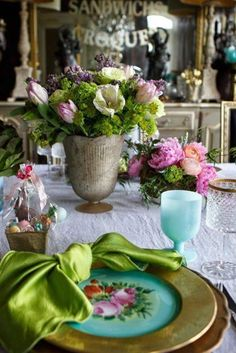 The Chic Technique: Easter Brunch Decorating Ideas - via Romancing the Home Table Arrangements, Floral Arrangements, Table Diy, Brunch Decor, Easter Table Settings, Beautiful Table Settings, Easter Parade, Easter Celebration, Hoppy Easter