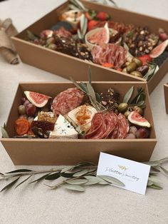 Plateau Charcuterie, Charcuterie And Cheese Board, Charcuterie Gift Box, Best Picnic Food, Best Party Food, Party Food Platters, Cheese Platters, Cheese Boxes, Catering Food Displays
