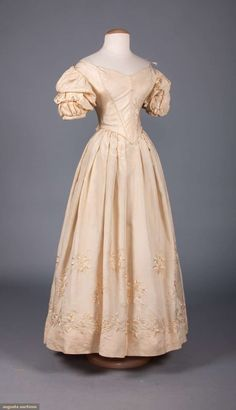 North America's auction house for Couture & Vintage Fashion. Augusta Auctions accepts consignments of historic clothing and textiles from museums, estates and individuals. Clothing And Textile, Antique Clothing, Historical Clothing, Historical Costume, Victorian Ball Gowns, Vintage Ball Gowns, Victorian Dresses, Vintage Outfits, Vintage Dresses