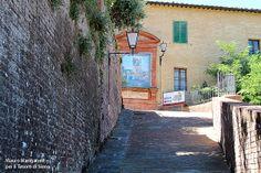 La salita di Via del Costone: qui Santa Caterina a sei anni ebbe la prima visione mistica ... Foto del Tesoro di Siena
