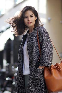 Mansur Gavriel / Bucket Bag in camello + grey coat : perfect!