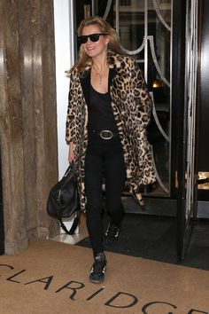 Kate Moss wearing a leopard print coat and black outfit in 2015 Best Street Style, Street Style Looks, Fashion Photo, Paris Fashion, Moss Fashion, Women's Fashion, Fashion Trends, Estilo Kate Moss, Kate Moss Style