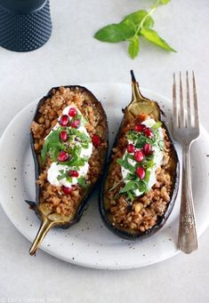 Quinoa Stuffed Eggplant with Mint Yogurt Sauce. Quinoa stuffed eggplant with quinoa-nut crumble and topped with a mint yogurt sauce is a simple healthy dish and favorite summer weeknight meal. Naturally gluten-free it is full of goodness and flavor. Roast Eggplant, Stuffed Eggplant, Key Lime Pie Rezept, Eggplant Varieties, Mint Yogurt Sauce, My Favorite Food, Favorite Recipes, Stuffing Recipes, Eggplant Recipes