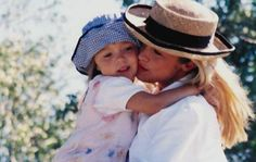 Laatst vroeg een moeder aan mij: 'Hoe kan ik liefdevoller communiceren met mijn kinderen?' Deze vraag krijg ik wel vaker. Welke moeder schiet nu niet regelmatig uit haar slof in de hectiek van alledag, of omdat ze simpelweg te veel op haar bordje heeft? Ik wel.