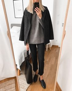 Simply means stylish! Minimalism looks Smart Casual Outfit, Casual Winter Outfits, Chic Outfits, Fashion Outfits, Look Fashion, Fashion News, Autumn Fashion, Professional Wardrobe, Minimal Fashion