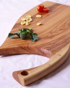 Handmade Italian olive wood serving board Rustic Cutting Boards, Wooden Chopping Boards, End Grain Cutting Board, Diy Cutting Board, Serving Tray Wood, Serving Board, Wooden Cheese Board, Italian Olives, Bread Board