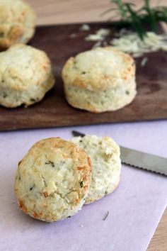 ...Filosofía de Sabor...: Scones de Queso y Romero Kitchen Recipes, My Recipes, Favorite Recipes, Salty Foods, Pastry And Bakery, Tasty Bites, Biscuit Recipe, Healthy Cooking, Cooking Time