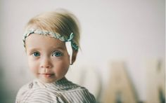 Uma tiara trançada enfeita a cabeça da menina. Foto: Pinterest/The Baby Names Meaning