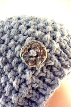 Cappellino di lana lavorato a ferri con inserto in ceramica Raku € 38.90 http://www.forgiatoredielementi.it/gallery-container.php?type=filati-e-ceramica