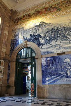 """A  Estação de São Bento, no Porto, é famosa pelos seus azulejos que retractam cenas passadas no norte de Portugal, como por exemplo, o """"Torneio de Arcos de Valdevez, a apresentação de Egas Moniz com os filhos ao Rei Afonso VII de Leão e Castela, no séc. XII, a entrada de D. João I e de D. Filipa de Lencastre no Porto, em 1387, e a Conquista de Ceuta, em 1415"""" Fonte: Wikipédia. Ed. de Texto by Lúcia"""