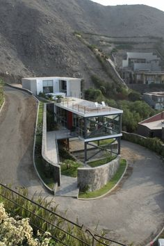 Interesting Mirador House by Architects // You may find amazing architecture anywhere you go. What about Lima, Peru? In Lima Architects designed a simple, but modern piece of architecture called the Mirador House. - Home Decoratings Architecture Design, Beautiful Architecture, Residential Architecture, Contemporary Architecture, Computer Architecture, Contemporary Interior, Casas Containers, House On A Hill, House 2