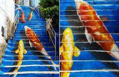 10. Escadaria das carpas koi, na Coreia do Sul. Lembra aquele lance de dar cor à cidade cinza? Então…