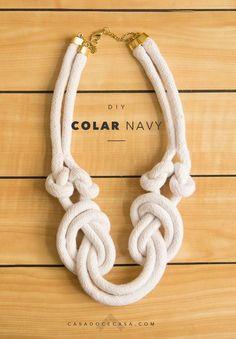 Já que estamos falando do estilo navy, vou mostrar como fiz um colar de nós usando corda crua. Bom, eu nem ia fazer diy dele, por 3 motivos: 1) eu achei essa amarração numa loja do etsy e testei copiar pra mim, porque gostei muito, então, sim, é uma cópia que era só pra usar... #acessórios #diy Textile Jewelry, Macrame Jewelry, Fabric Jewelry, Jewelry Knots, Jewelry Crafts, Handmade Jewelry, Rope Necklace, Necklaces, African Jewelry