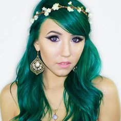 I love this girl & her hair. Gahhh go check out her YouTube! Her username thingy is: Wonderland Wardrobe . I wish I could meet her!