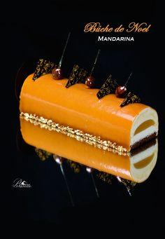 Bûche de Noel con bizcocho genovés de chocolate, mousse de mandarina, y glaseado de caramelo.