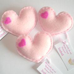 Corazones de paño lenci. Recuerdo de Baby shower niña. Rosado. http://mundobabyshower.cl/baby-corazon-rosado