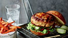 Looking for a post-workout meal that tastes great, but doesn't undo all your hard work? Joe Wicks' Mango Chicken Burger from his new book The Fat Loss Plan is guaranteed to hit the spot. Joe Wicks Recipes, Mango Chicken, Chicken Breast Fillet, Ground Chicken Recipes, Clean Eating, Healthy Eating, Lean Meals, Post Workout Food, Side Salad