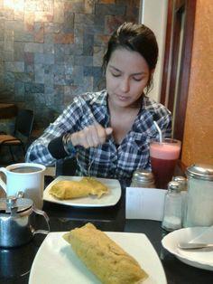 Disfrutando de su deliciosa gastronomia café, jugo de mora y ricos tamales.