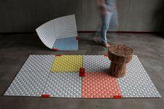 Sam Linders, jeune designer de la Design Academy Eindhoven nous présente son projet de diplôme WOBBLE-UP hybride entre tapis et système d'assise modulable #design  #mobilier