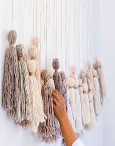 Hacer borlas es muy sencillo, solo necesitamos un poco de lana. Aquí te contamos cómo crearlas y decorar con ellas.