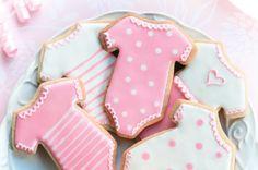 Deliciosas galletas de mantequilla decoradas para un baby shower, la decoración depende del bebé si es niña color rosa, si es niño color azul, si no se sabe todavía color amarillo.